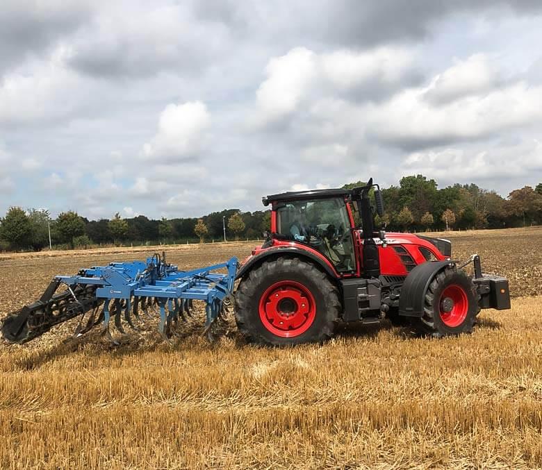 Landwirtschaft-Tracktor-auf-dem-Feld-2